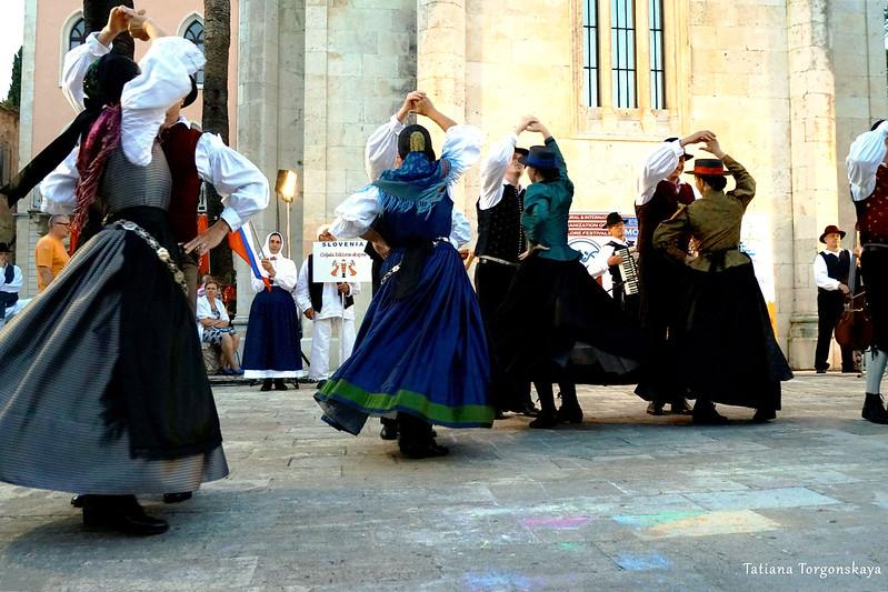 Танец словенцев на фольклорном фестивале в Херцег Нови