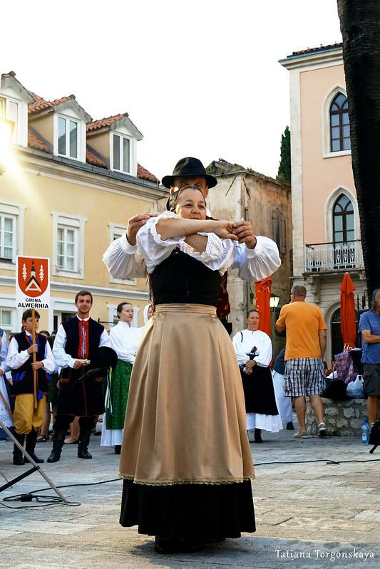 Пара из фольклорной группы Словении во время выступления