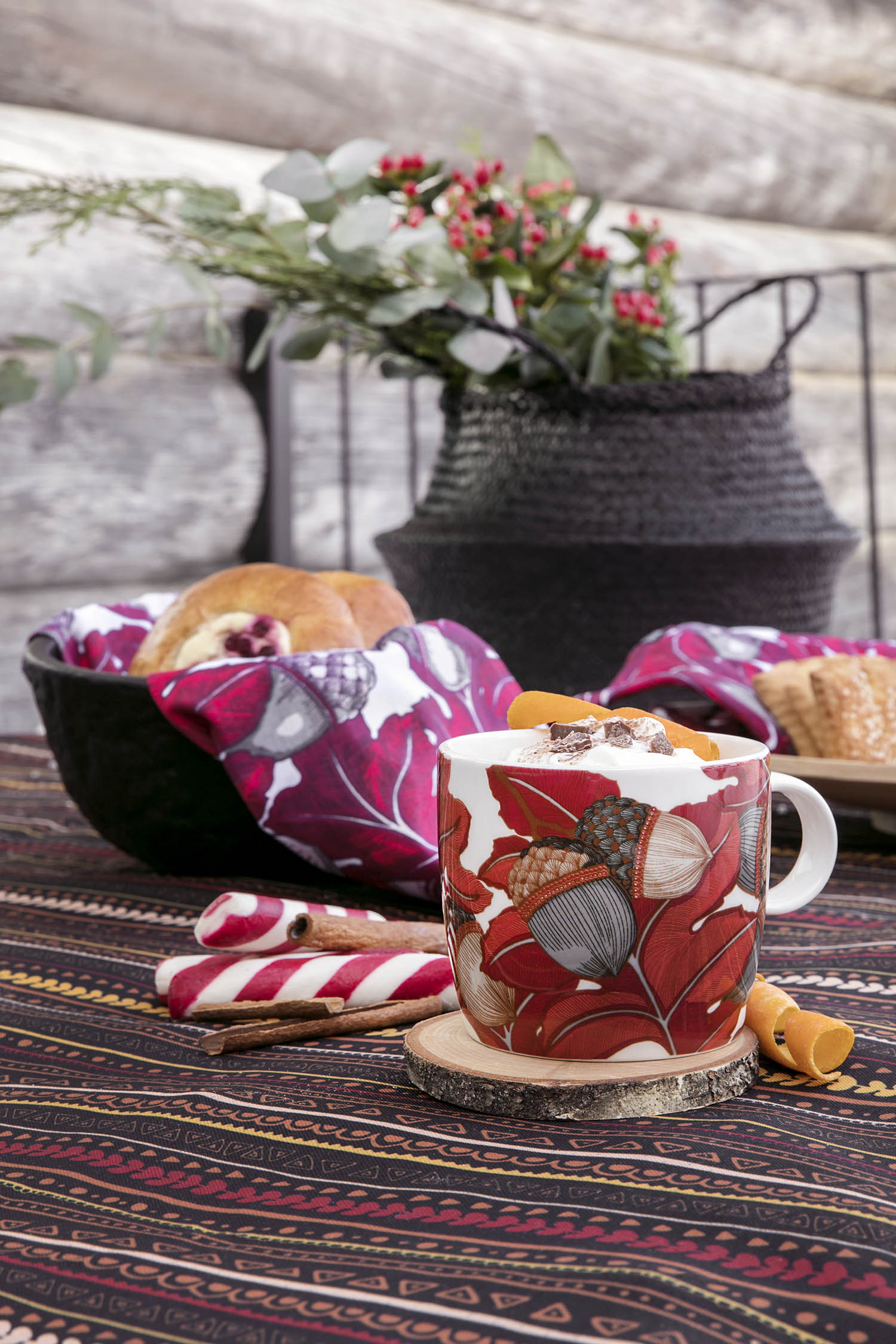 Vallila_AW18_Tammenterho_kitchen_accessories_mug_Kerttu_fabric_photographerHennaSoronen