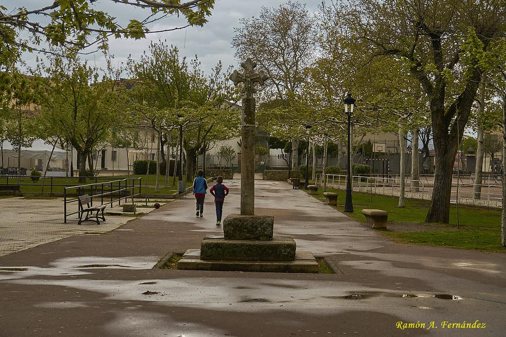 Cruz de piedra en el Parque de la Coronación 42539752762_c59945d408_b