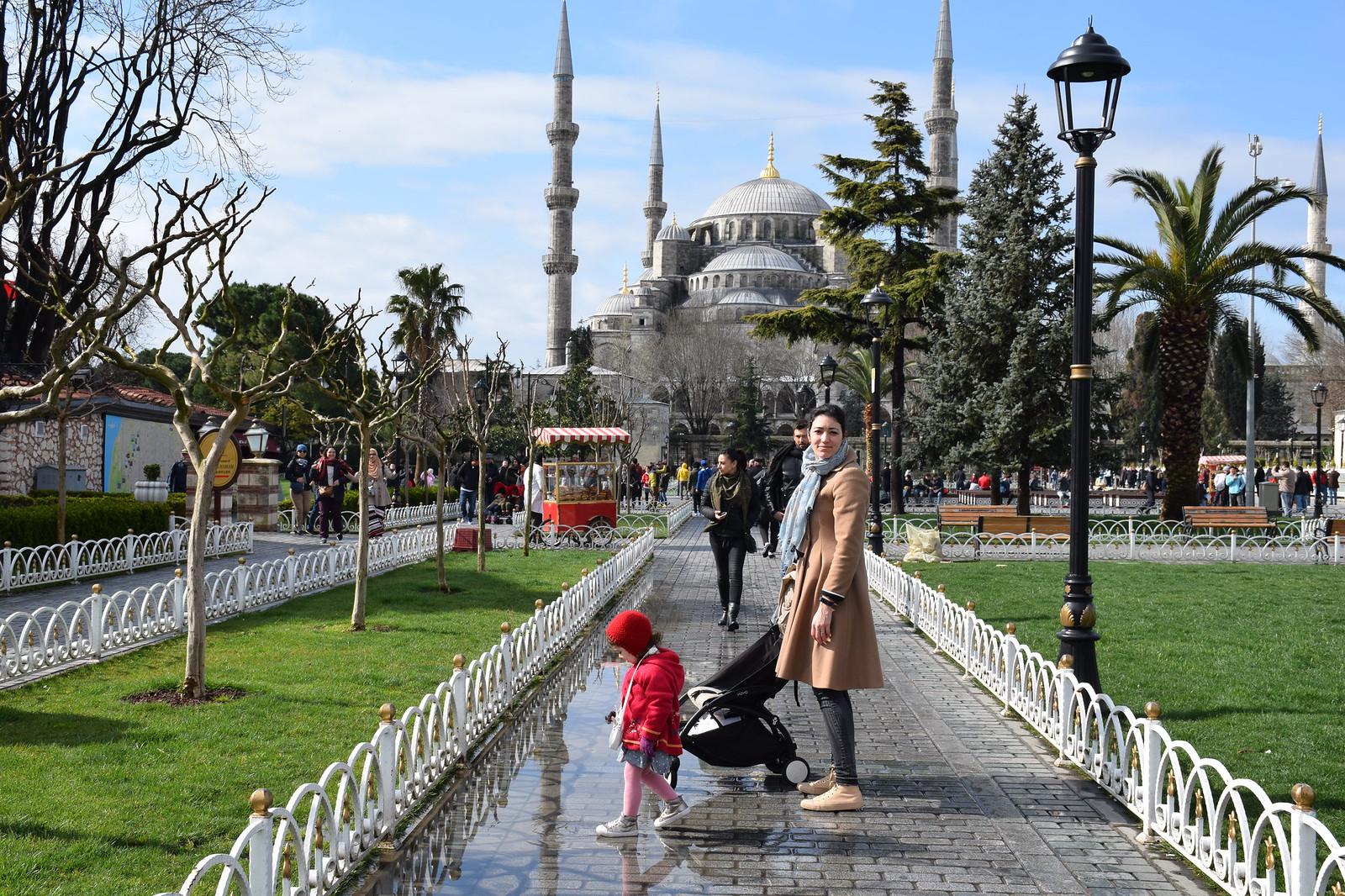 Con los niños frente a la Mezquita Azul