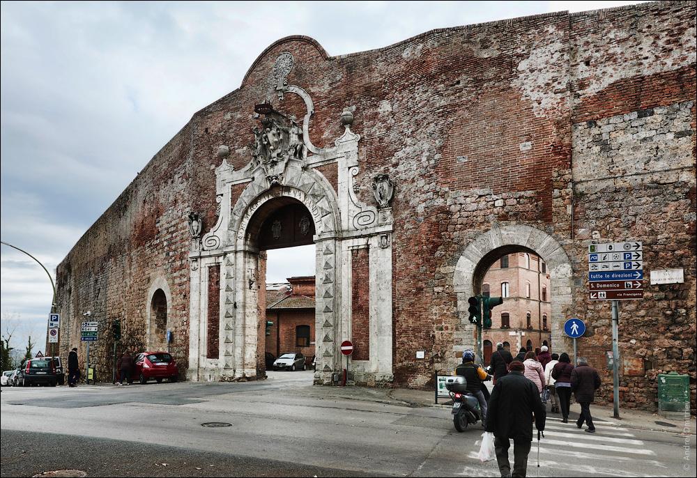 Ворота Камолия, Сиена, Италия