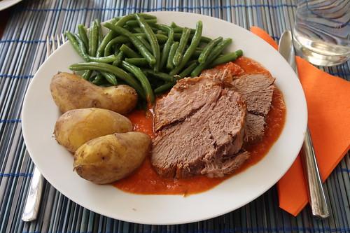 In Tomatensoße gegarte Lammkeule mit neuen Kartoffeln und grünen Bohnen (mein 1. Teller)