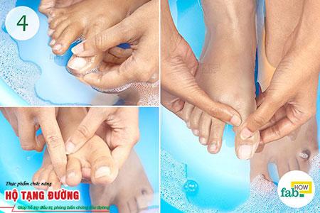 Vệ sinh chân hàng ngày sẽ giúp bạn phòng ngừa biến chứng bàn chân của bệnh tiểu đường