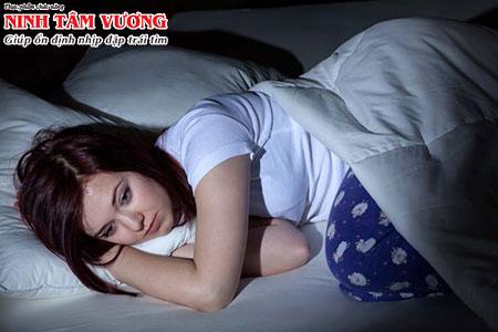 Tim đập mạnh khi nằm ngủ gây ảnh hưởng lớn tới chất lượng giấc ngủ