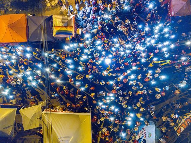 """Às sextas-feiras, tornou-se habitual o uso de luzes e velas pelos manifestantes, no chamado """"Luzes para Lula""""  - Créditos: Ricardo Stuckert"""