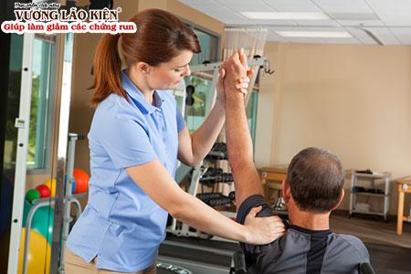 Vật lý trị liệu giúp làm giảm run chân tay, co cứng cơ khớp