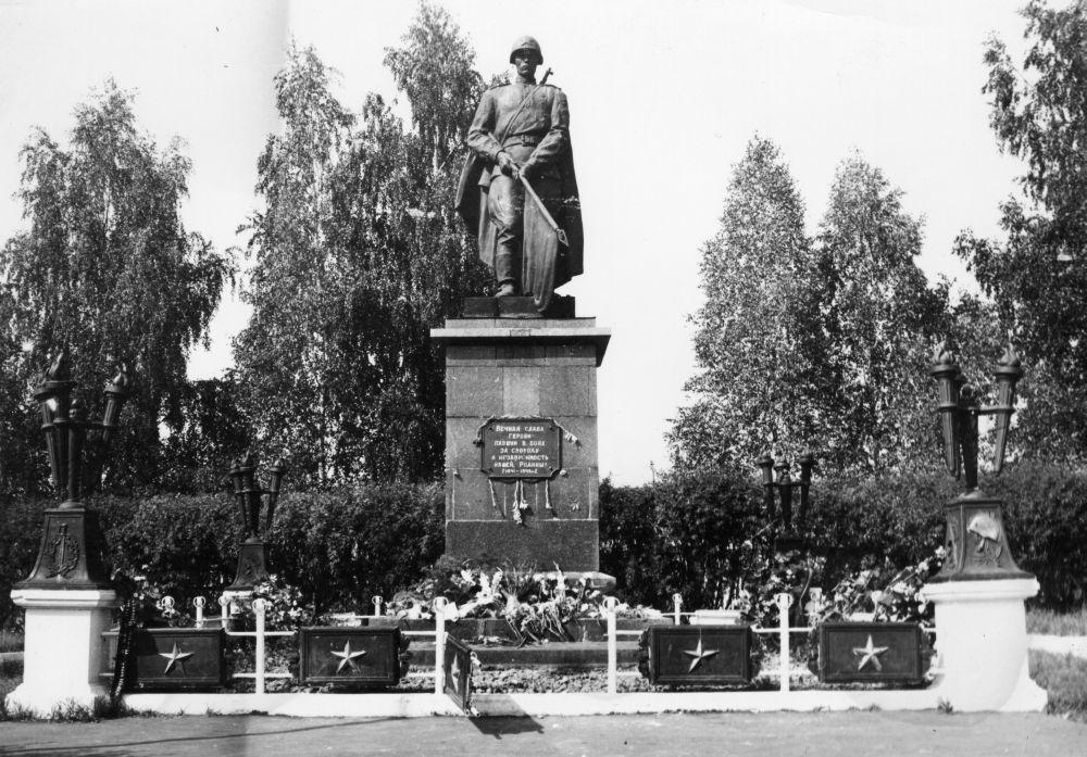 Воинский мемориал в Яковлеве, установленный в 1963 г.