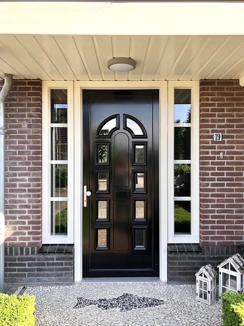 Zwarte voordeur landelijke stijl