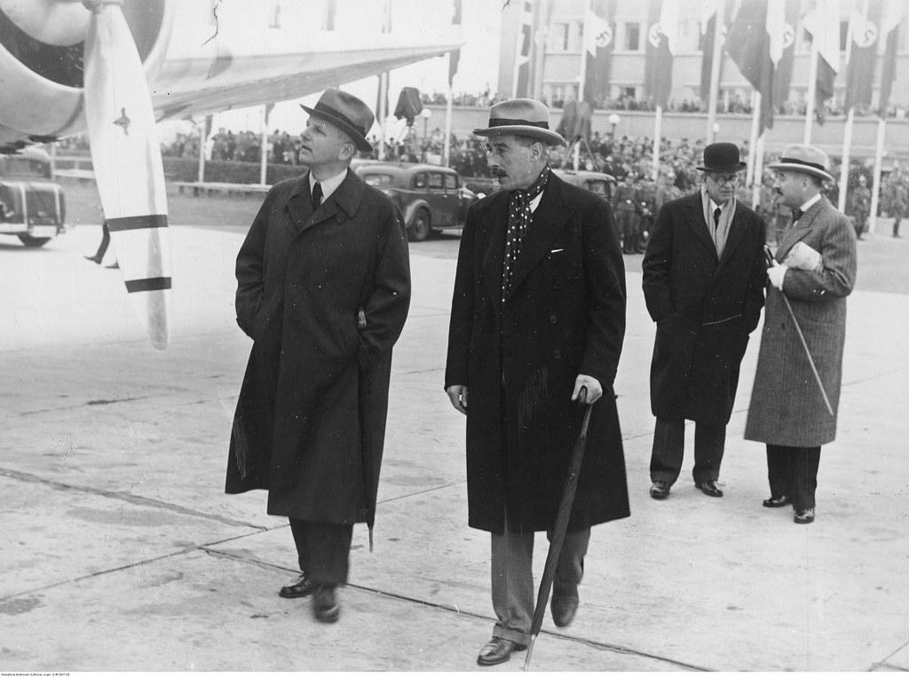Участники конференции в аэропорту после встречи. Слева направо: заместитель министра иностранных дел Германии Эрнст фон Вайцзеккер, посол Великобритании в Германии Невилл Хендерсон, посол Италии в Германии Бернардо Аттолико, посол Франции в Германии Андре