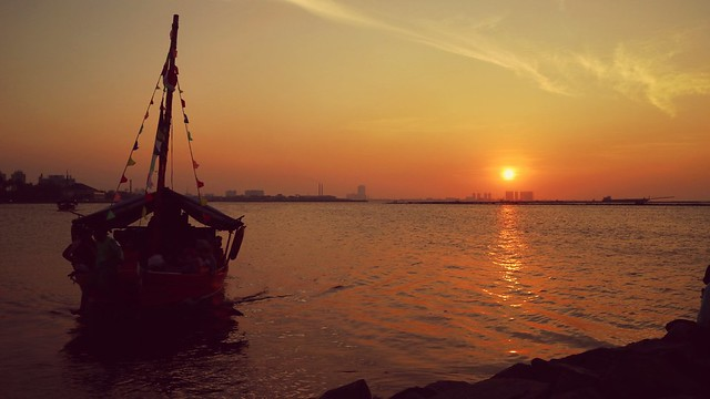 Sunset at Ancol Beach in North Jakarta, Indonesia . . #sunsetshot #canoneosm3 #canon #beach #sunset #boat