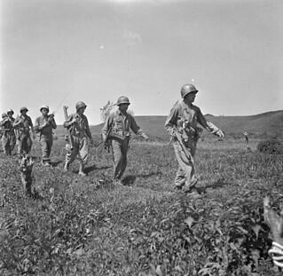 Personnel of 6-2, First Special Service Force, on patrol, Anzio beachhead, Italy / Membres de l'équipe 6-2 de la Première Force de Service spécial effectuant une patrouille, tête de pont (zone sécurisée) d'Anzio (Italie)