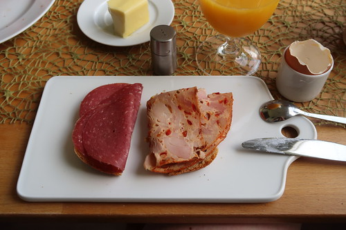Reine Rindfleischsalami und Geflügelpastete auf Kamutbrot