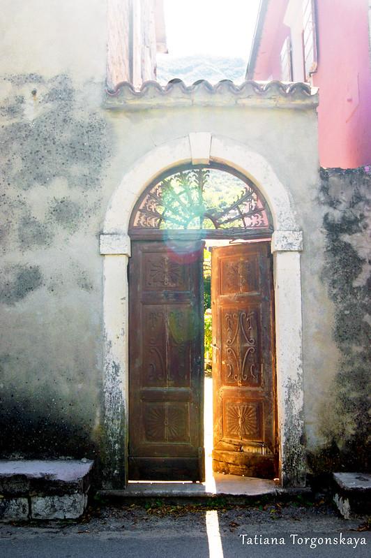Старый вход на территорию дома, Прчань