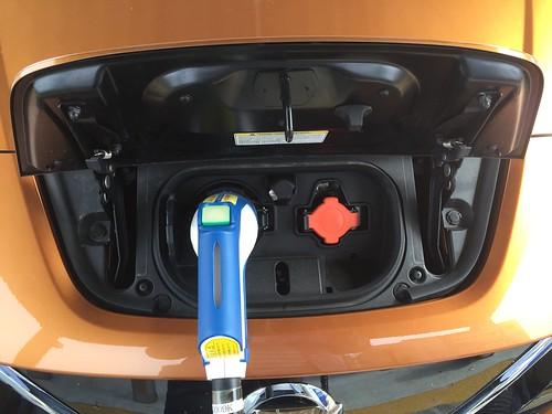 急速充電中の日産リーフ 充電ポート