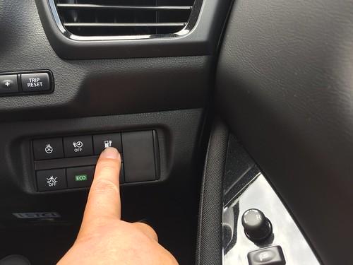 ステアリング右下にあるボタンを押して、充電ポートを開きます。
