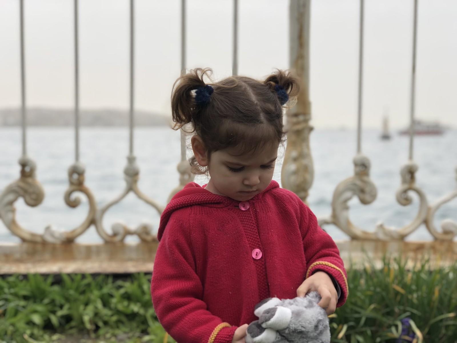 Eva y su gato Estambul en los jardines del Palacio de Dolmabahçe