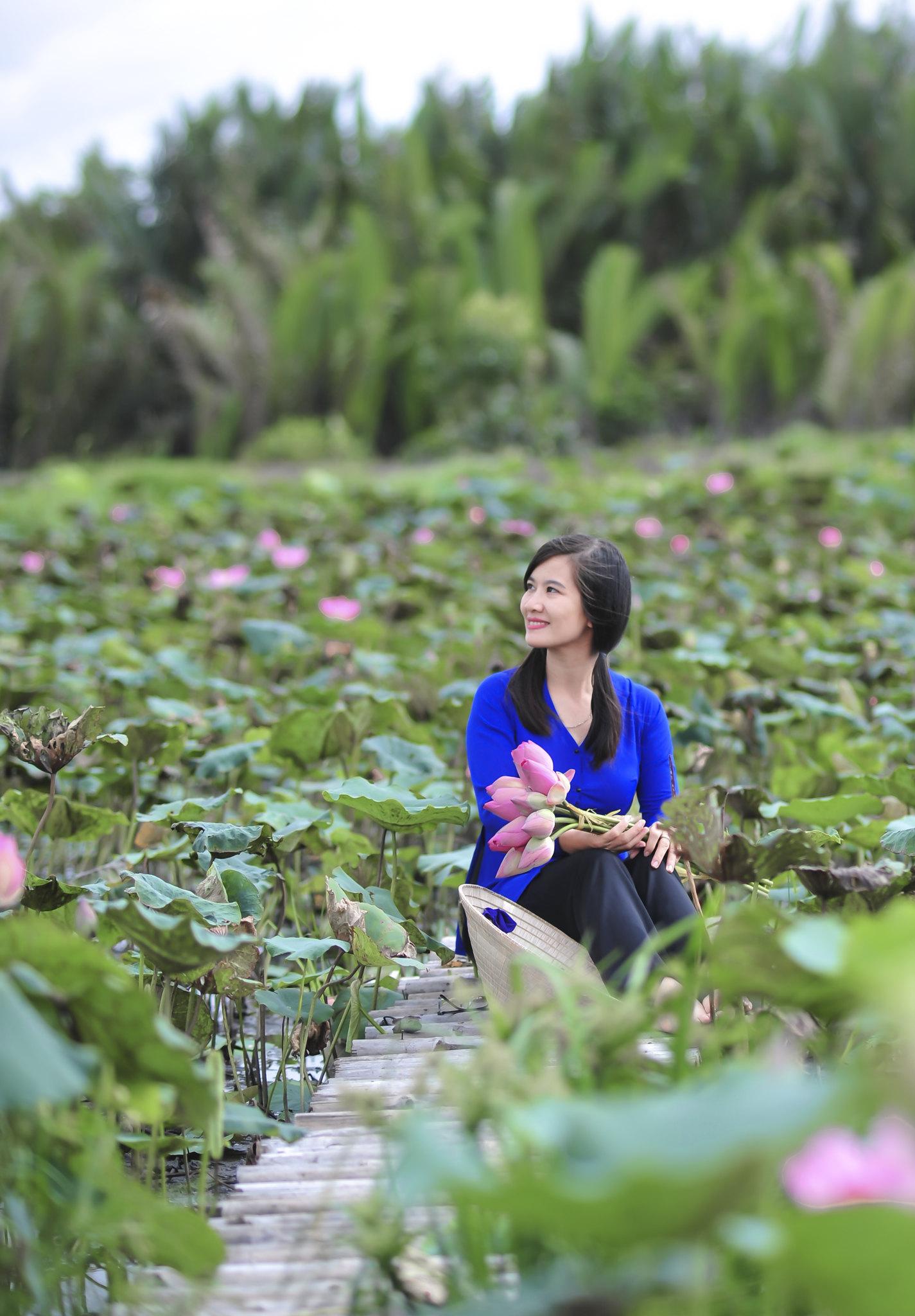 ảnh chụp áo bà ba với hoa sen