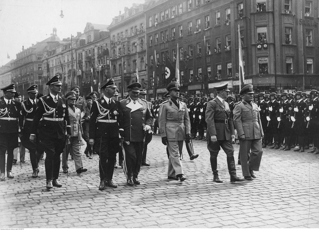 Члены итальянской делегации и представители немецкой стороны проходят перед почетным караулом недалеко от Главного железнодорожного вокзала