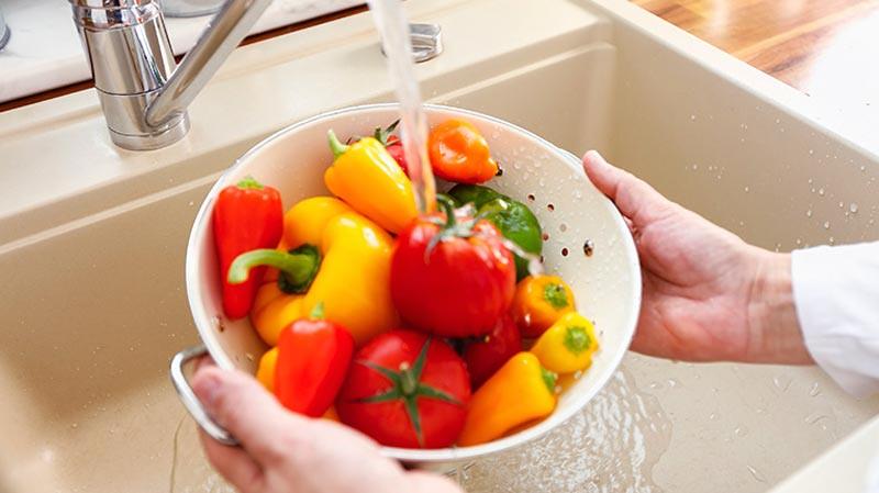 Mencuci buah.