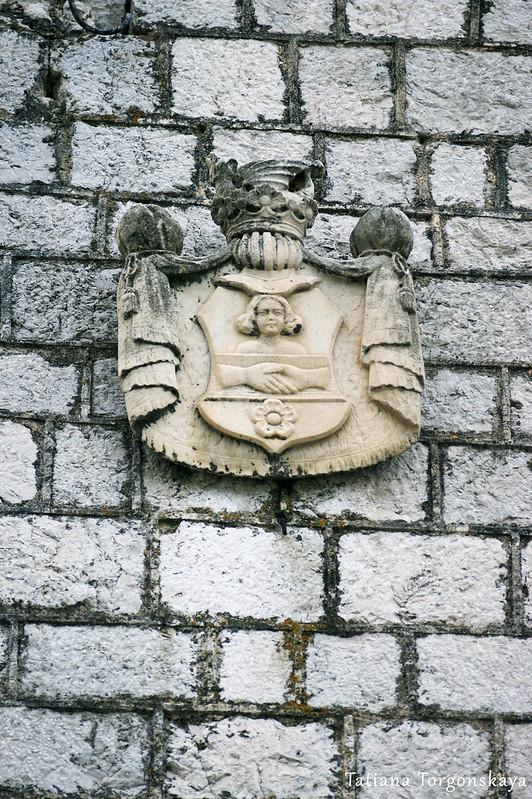Герб на одном из дворцов Прчаня