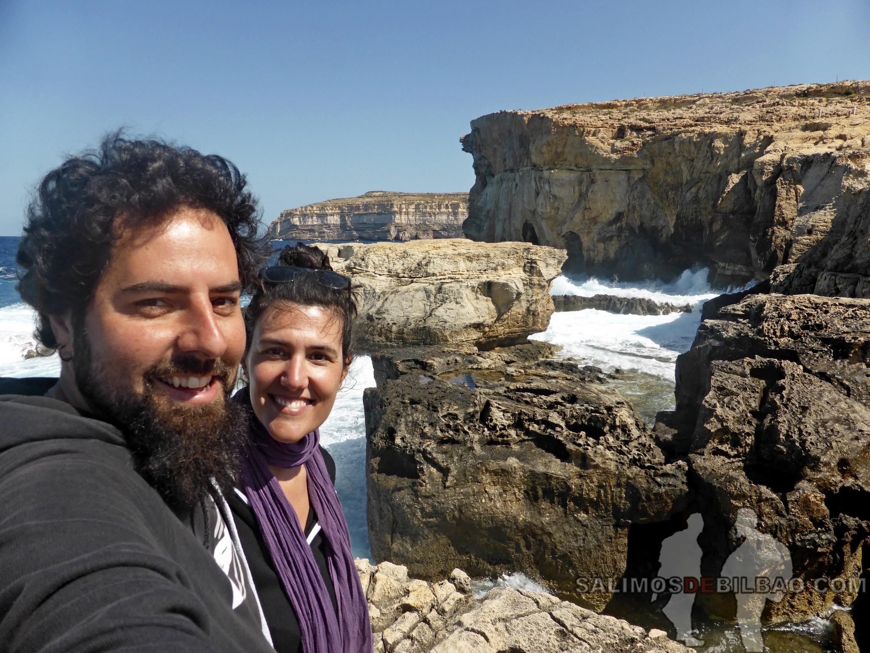 0563. Katz y Saioa, Antiguo Azure Window y Blue Hole, Gozo