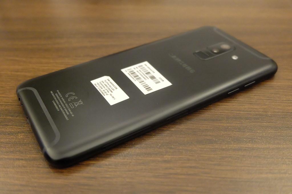 Bodi samping Galaxy A6 Plus (Liputan6.com/ Agustin Setyo W)