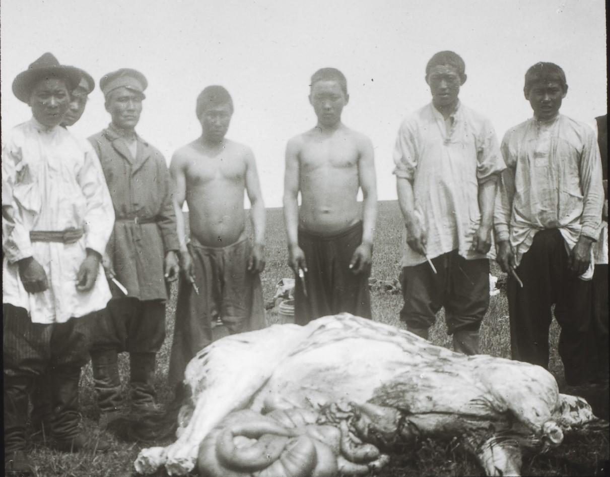 Иркутская губерния. Северный Байкал. Бурятские шаманы приносят в жертву лошадь