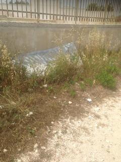 Un materasso abbandonato in periferia