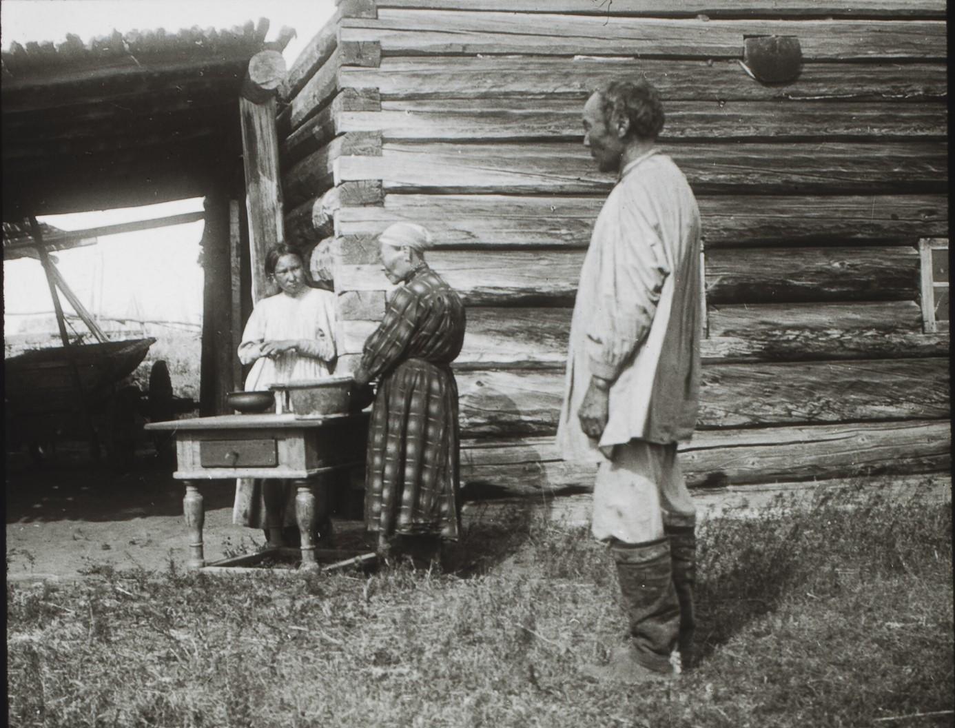 Якутская область. Окрестности Якутска. Семья цивилизованных якутов