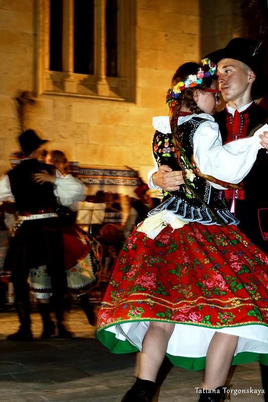Пара из польской фольклорной группы во время танца