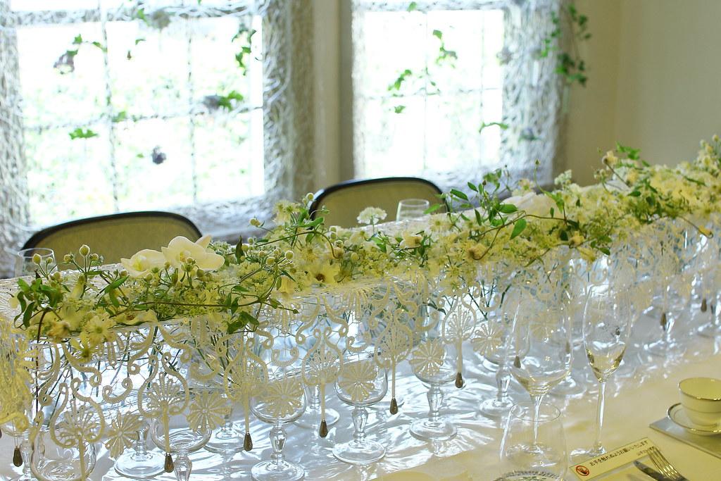 横浜山手西洋館 花と器のハーモニー2018の山手234番館の白いレースを使ったフラワーアレンジメント