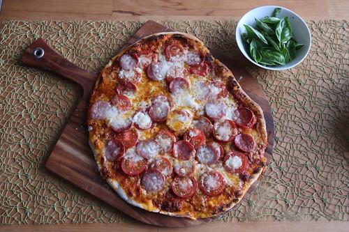 Pizza mit Salami, Mozzarella und frischen Tomaten (ganz)
