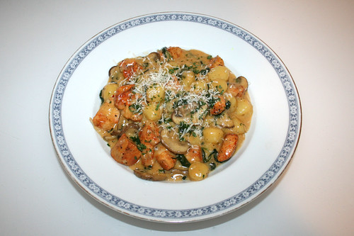 46 - One Pot Gnocchi with chicken, spinach & mushrooms - Served / One Pot Gnocchi mit Hähnchen, Spinat & Pilzen - Serviert