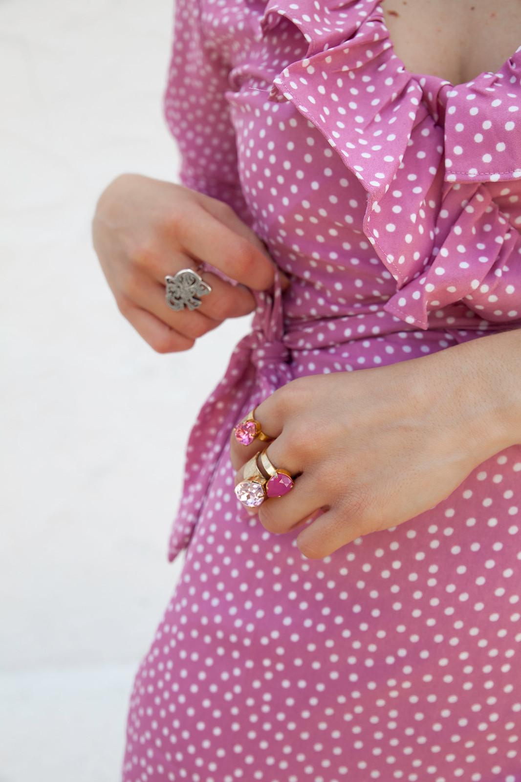 Vestido cruzado con volantes y lunares detalles rosas