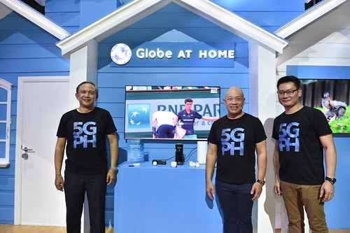 Globe targets to roll out 5G Globe At Home Broadband plans by 2019. Globe Chief Technology and Information Officer Gil Genio (left) and Huawei Southern Pacific Region Chief Strategy and Marketing Officer Lim Chee Siong (right) join Globe President and CEO