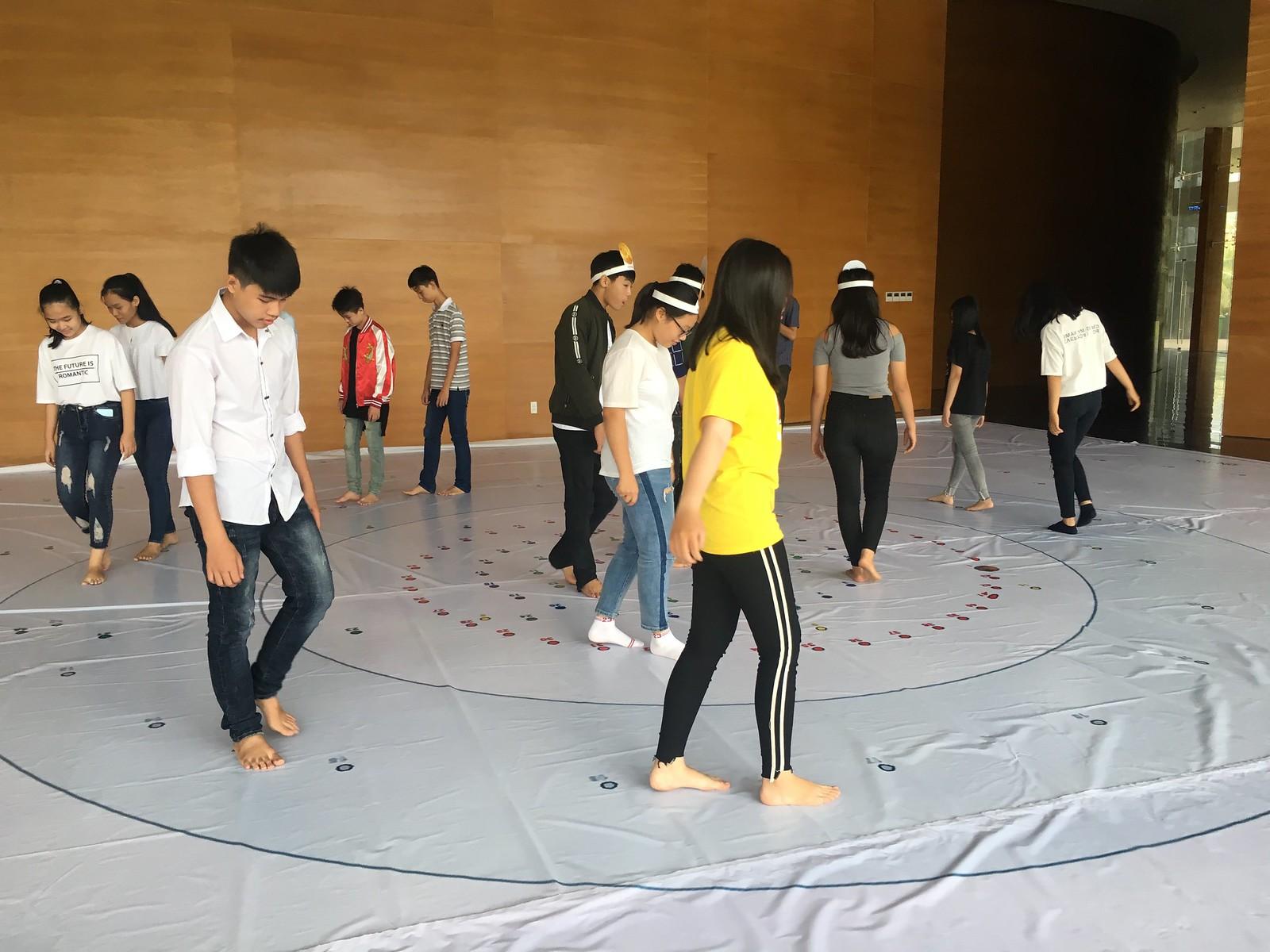 Các em học sinh đóng vai các hành tinh khác nhau trong Sân chơi mô phỏng Hệ Mặt trời