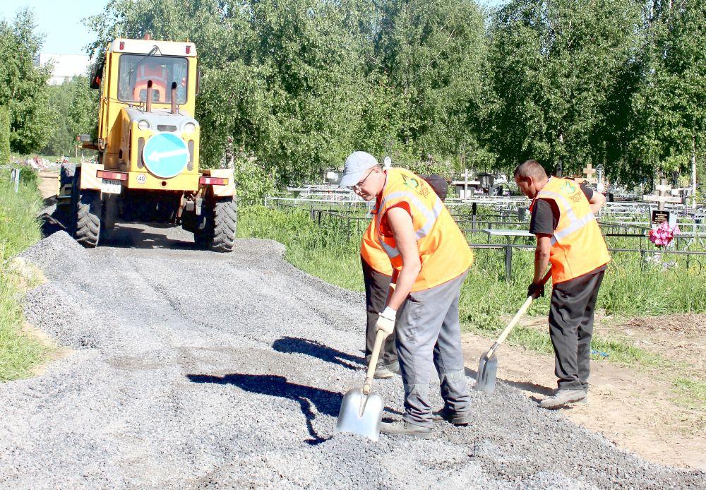 """Работники """"Чистого города"""" приводят в порядок дорогу"""