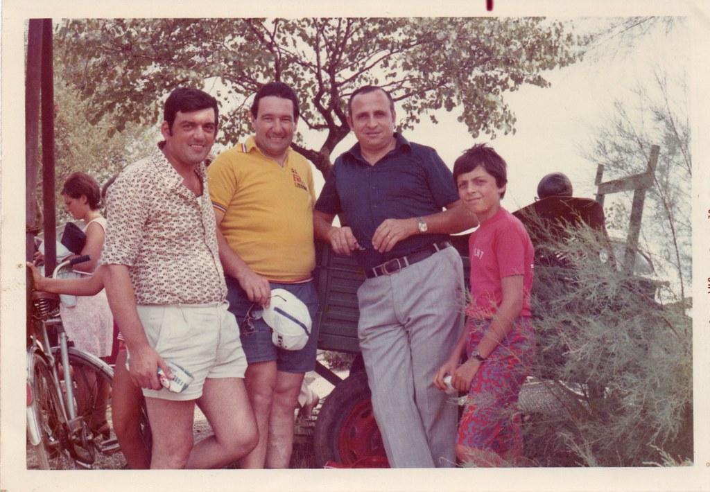 In attesa della corsa con due grandi campioni, Pierino Baffi ed Ercole Baldini (Romito Magra 1972) (foto inviata dal sig. Renato Marche)