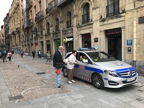 """Policía Municipal de Bilbao """"a patrullando"""" en Mercedes. Y atendiendo en inglés a turistas germano parlantes,..."""