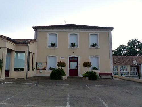 Montgaillard, Landes: la mairie, ancienne école où mes parents furent instituteurs de 1952 à 1954 .... et moi élève de 4 à 6 ans et, ici en façade, le logement de fonction.