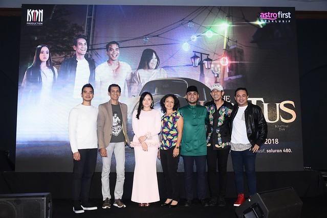 Barisan pelakon dan penerbitan The Hantus bersama Sharmin Parameswaran dari Astro