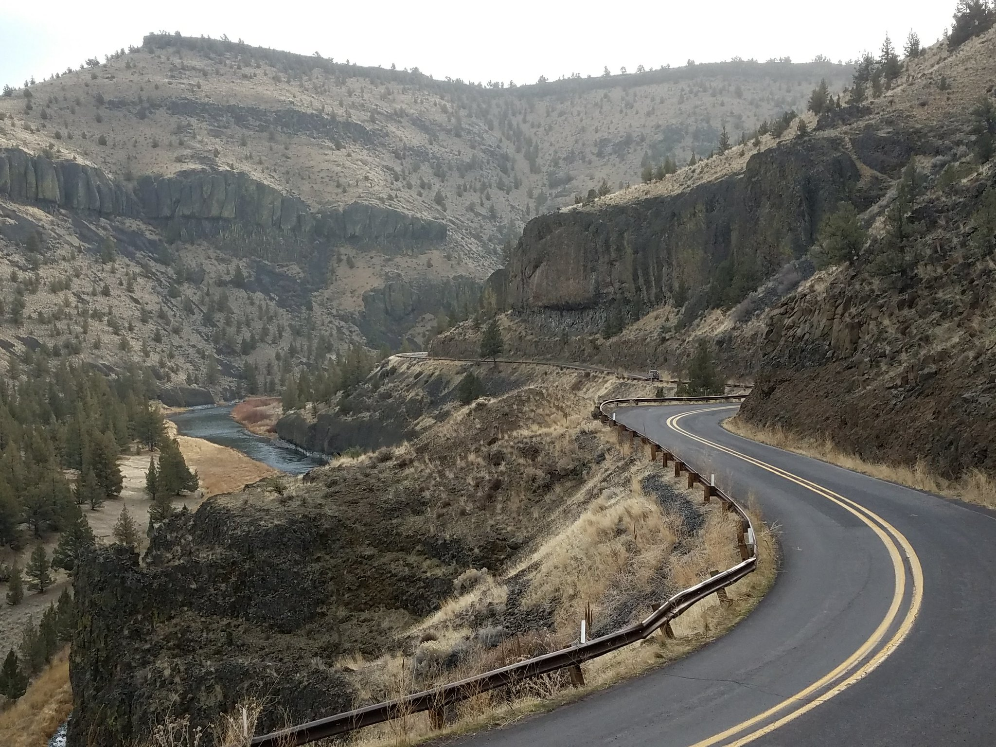 Winding Lower Crooked River Back Country Byway with the Crooked River