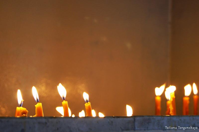 Свечи внутри церкви Св. Спаса