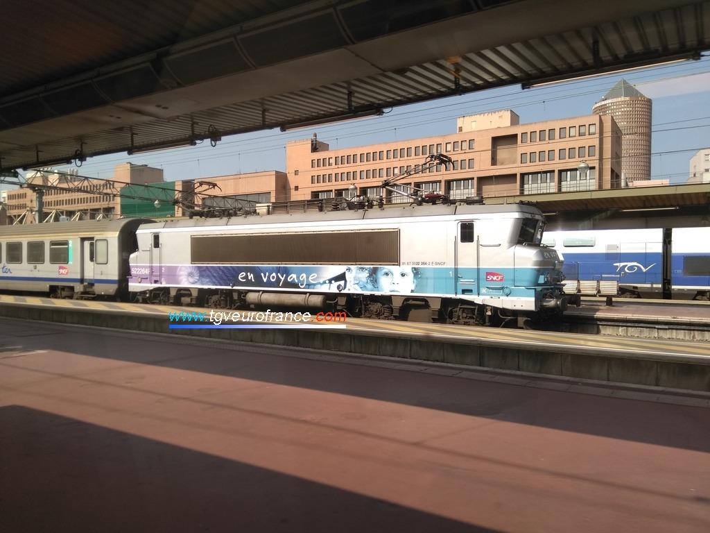 La locomotive bicourant BB 22264 SNCF Alsthom en livrée En Voyage en gare de Lyon Part-Dieu