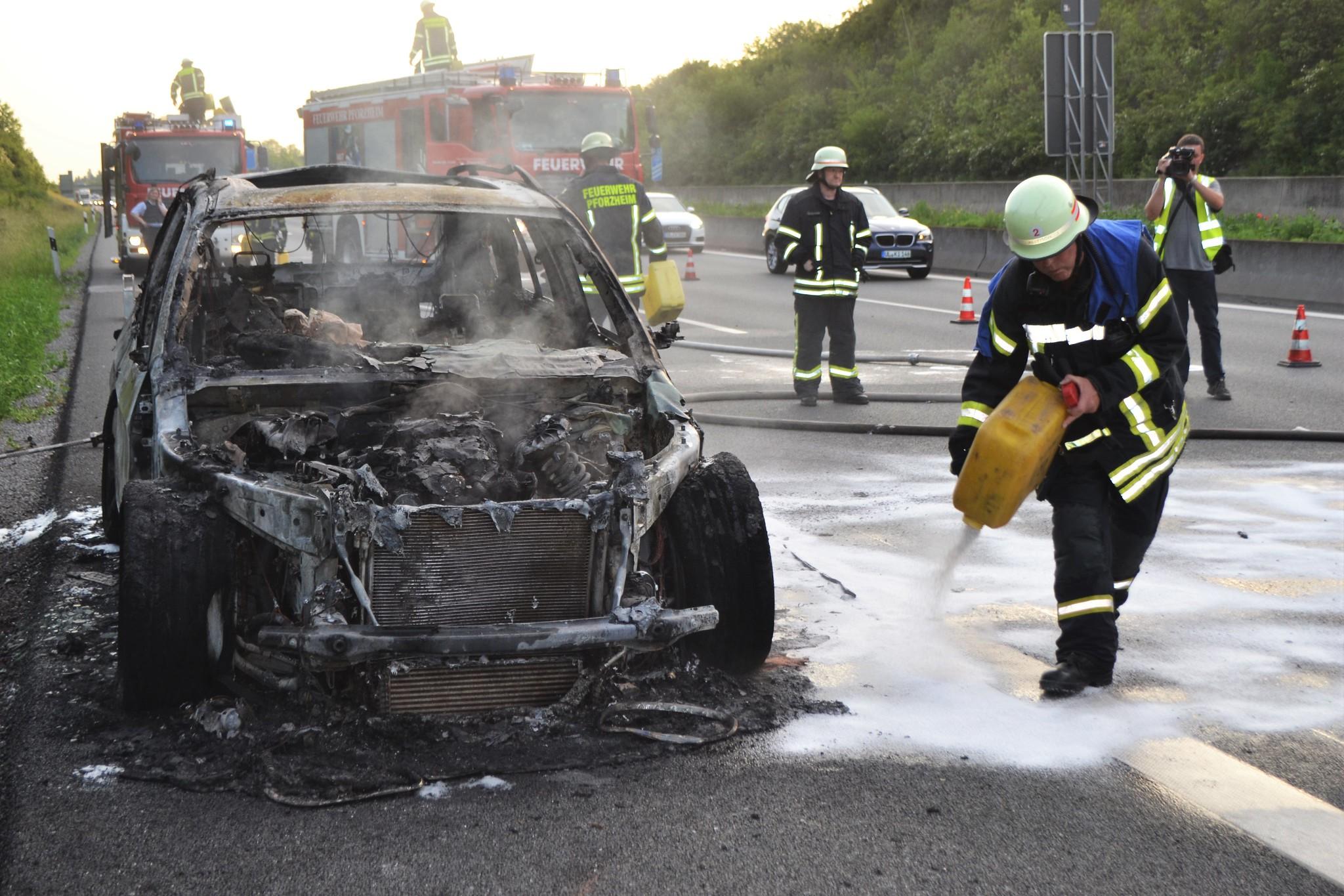 Sehr geehrte Redaktion,  Ort: A8 in Fahrtrichtung Karlsruhe Datum/Uhrzeit: 27.05.2018  ca. 20:00  Zu einem PKW Brand musste die Pforzheimer Feuerwehr am Sonntagabend gegen 20:00 Uhr ausrücken. Ein auf der A8 mit einer Familie besetzter Wagen fing während