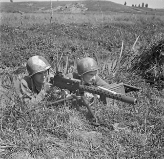 Personnel of the First Special Service Force with a Browning light machine gun, Anzio beachhead, Italy / Membres de la Première Force de Service spécial avec une mitrailleuse légère Browning, tête de pont (zone sécurisée) d'Anzio (Italie)