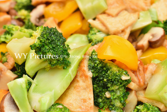 Mixed vegetables dish of sliced brocolli, capsicum, beancurd skin and mushrooms.