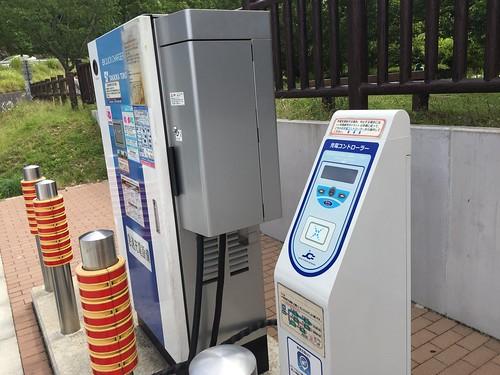 大磯PA(上り)EV急速充電器 手前が認証器(充電コントローラー)