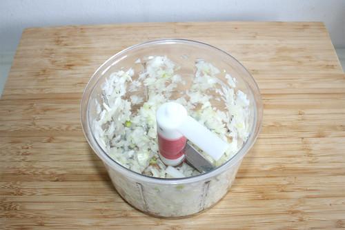 18 - Zwiebel würfeln / Mince onion